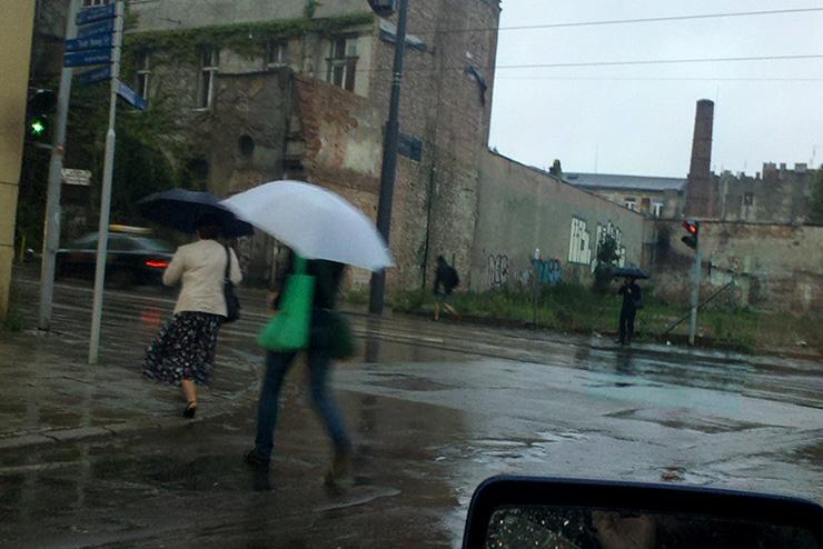Faceci nie używają parasolów
