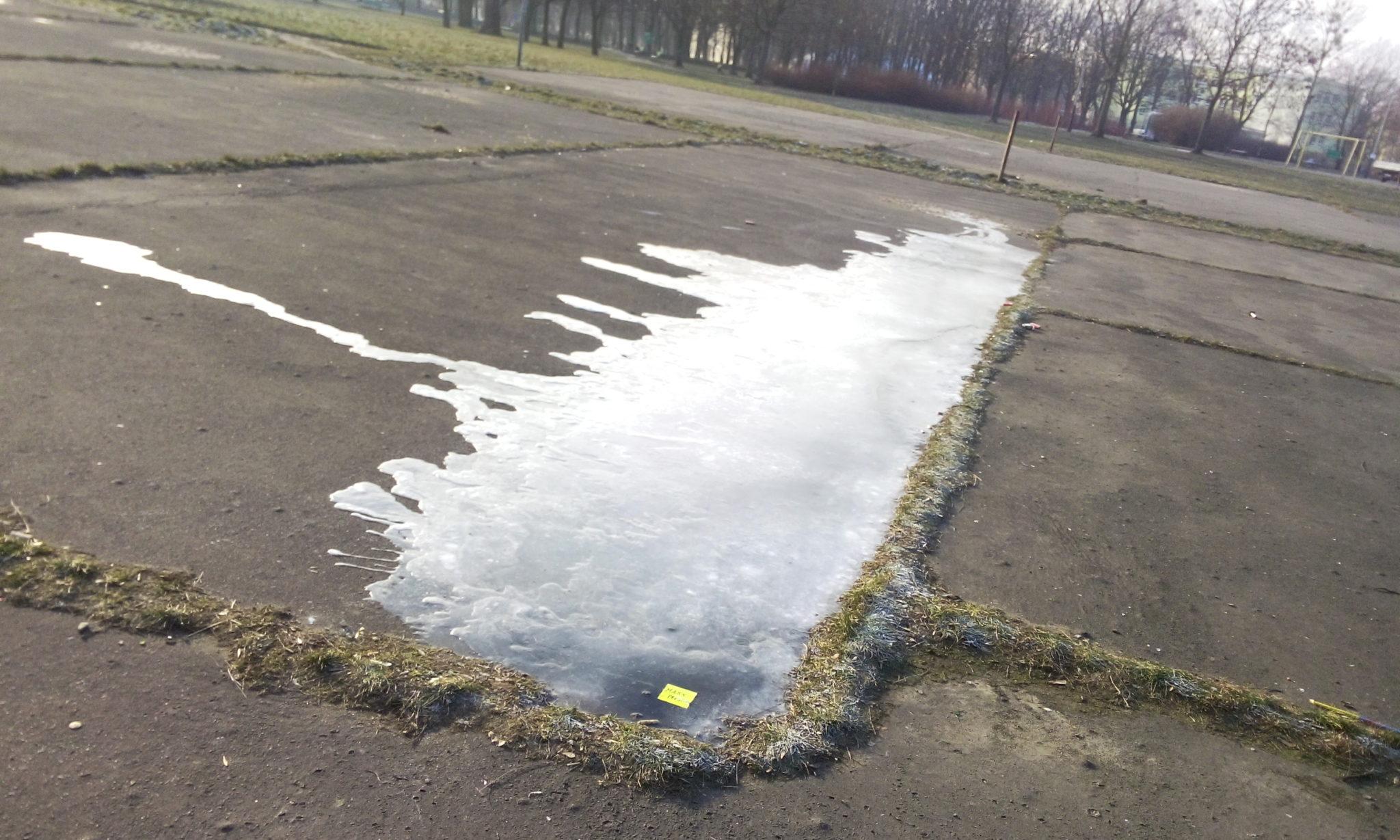 Ślizgawka na boisku